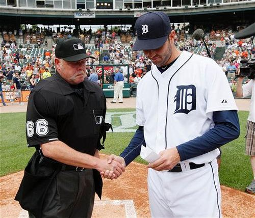 Jim Joyce shakes hands with Galarraga one day after his blown call.