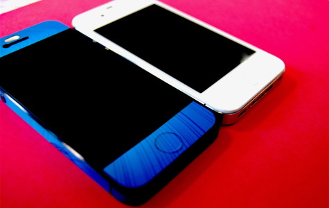 iPhone 5 (blue) and iPhone 4s (white)
