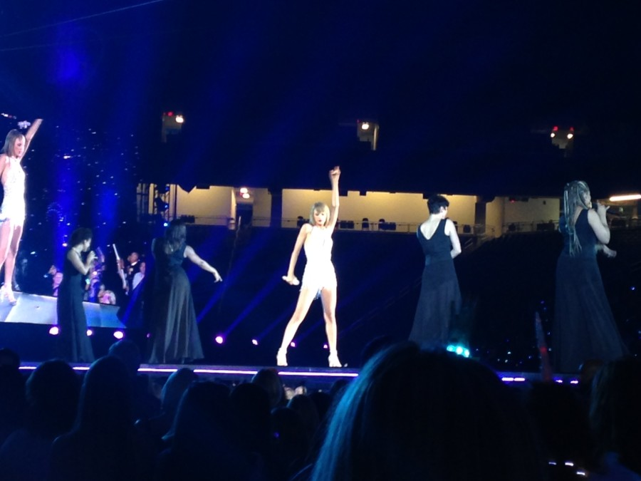 Swift+performs+alongside+her+backup+singers.